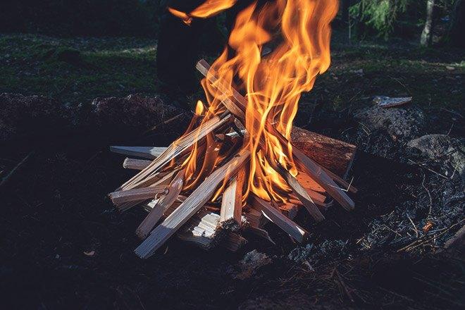 Разжигание костра.