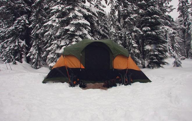 Палатка в лесу зимою