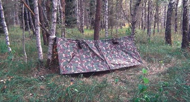 Плащ-палатка в лесу.