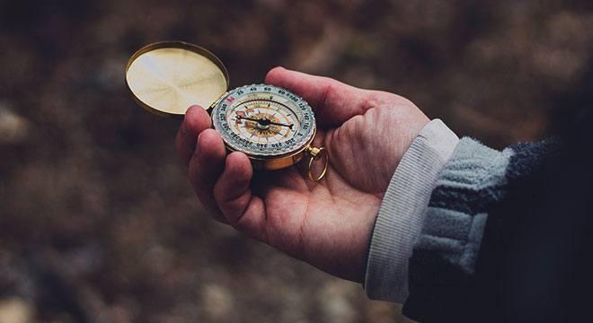 Магнитный компас в руке
