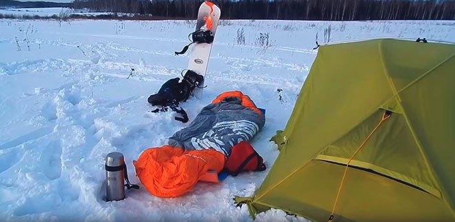 Спальный мешок на снегу