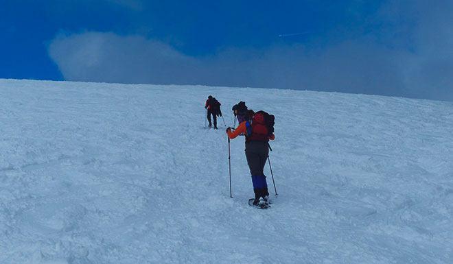 Восхождение в гору в снегоступах