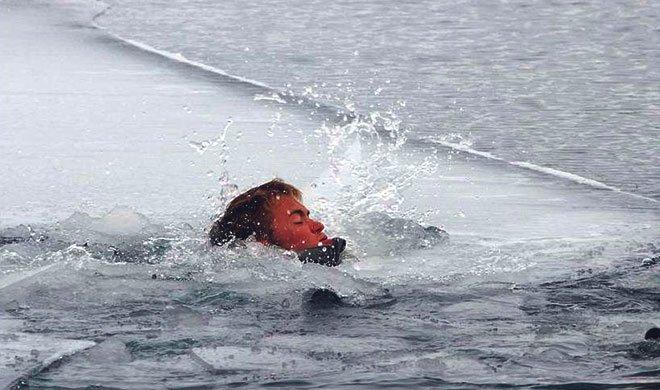 Человек провалился под лед