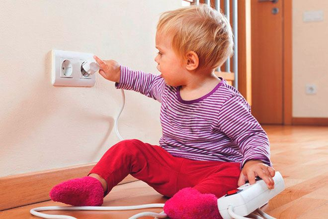 Ребенок у электрической розетки.