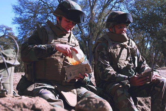 Солдаты едят сухпай
