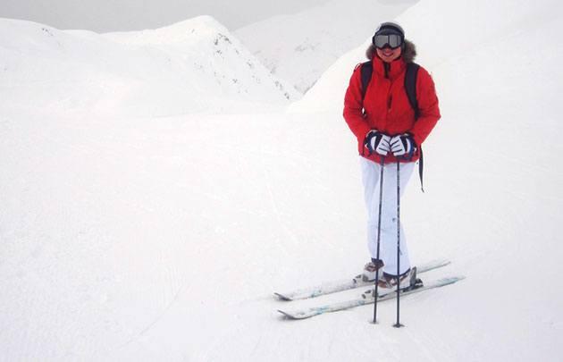 Турист на лыжах в горах