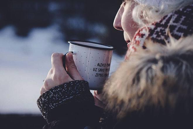 Кружка и женщина на морозе.