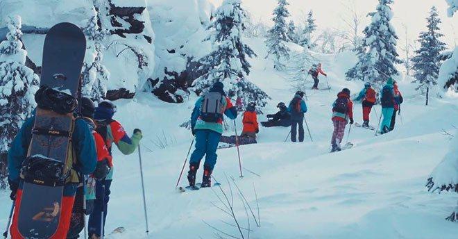 Туристы в лыжном походе