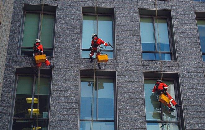Промышленные альпинисты работают на высоте.