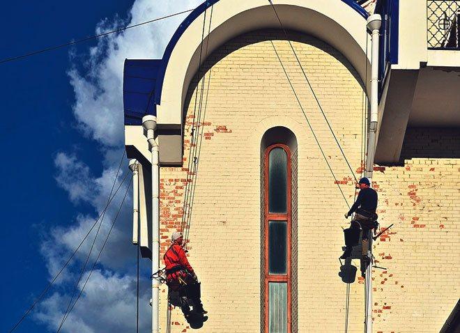 Промышленные альпинисты готовят фасад.