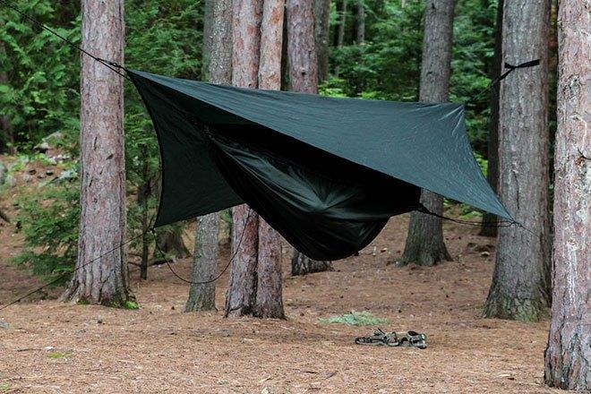 Гамак-палатка в лесу