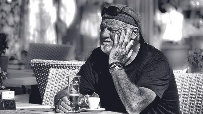 Мужчина в летнем кафе