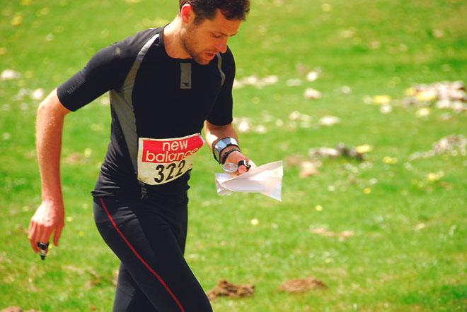 Спортсмен ориентируется по карте