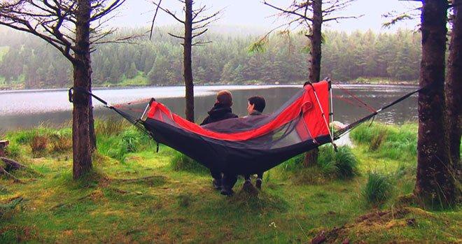Люди на природе с гамак-палаткой