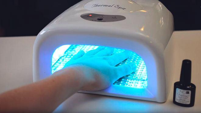 Сушит ногти в лампе