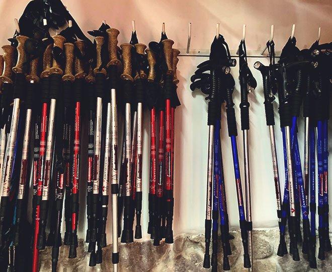 Трекинговые палки висят на стене.