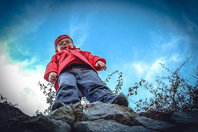 Ребенок не боится высоты.
