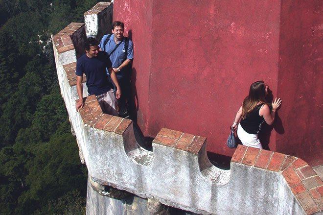 Люди на башне замка.