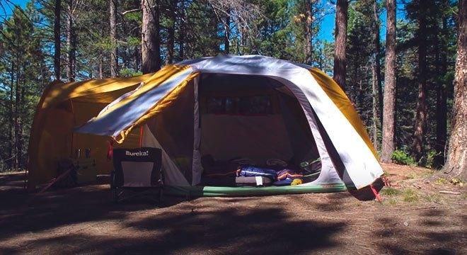 Кемпинговая палатка в лесу.