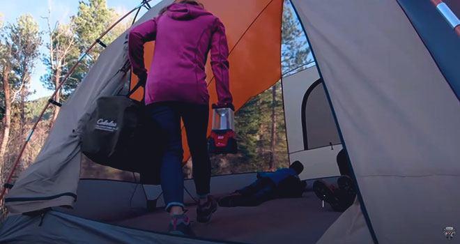 Внутри кемпинговой палатки.