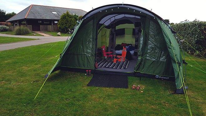 Куполообразные кемпинговые палатки.