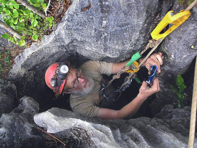 Спелеотурист опускается в пещеру