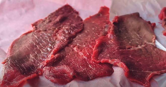 Нарезанное мясо для вяления